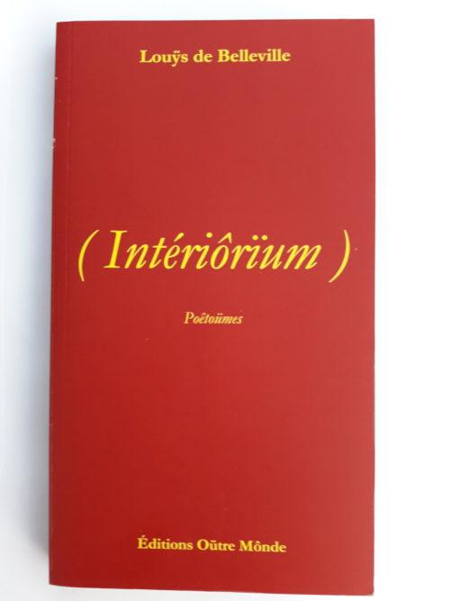 couverture rouge du livre intériorüm avec une écriture jaune